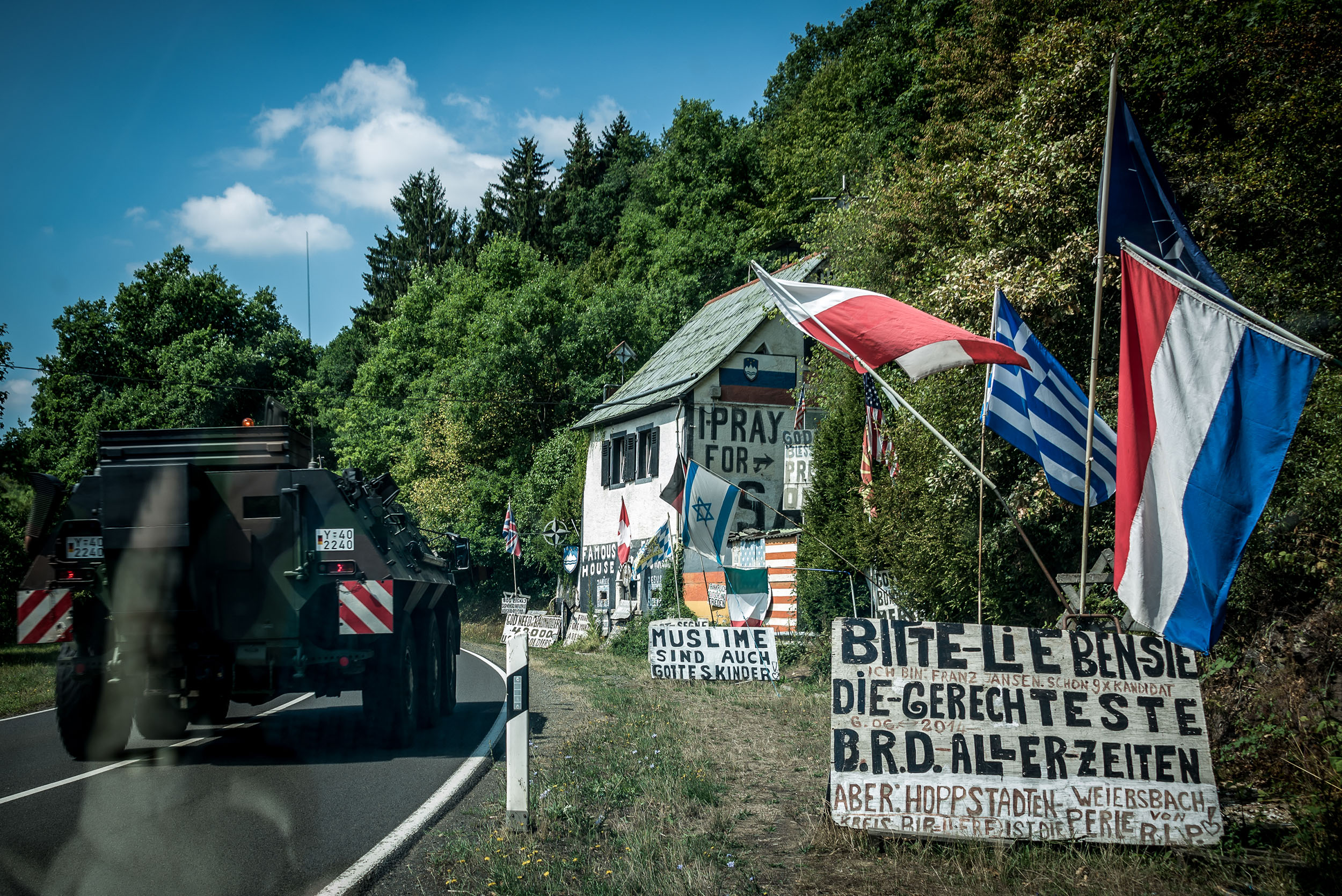 Panzerfahrzeuge aus der nahegelegenen Kaserne fahren Tag für Tag an der alten Mühle vorbei.