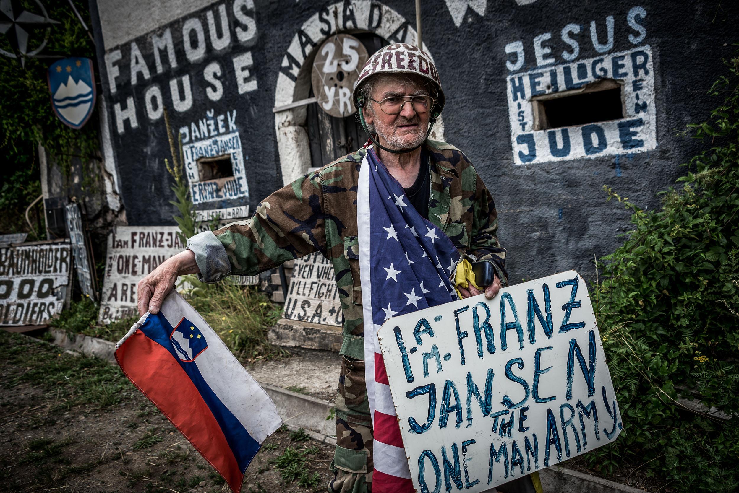 Am Straßenrand: Zwischen seinen Schildern demonstriert Franz - als selbsternannte Ein-Mann-Arme für Frieden. Und manchmal winkt er den Vorbeifahrenden zu.