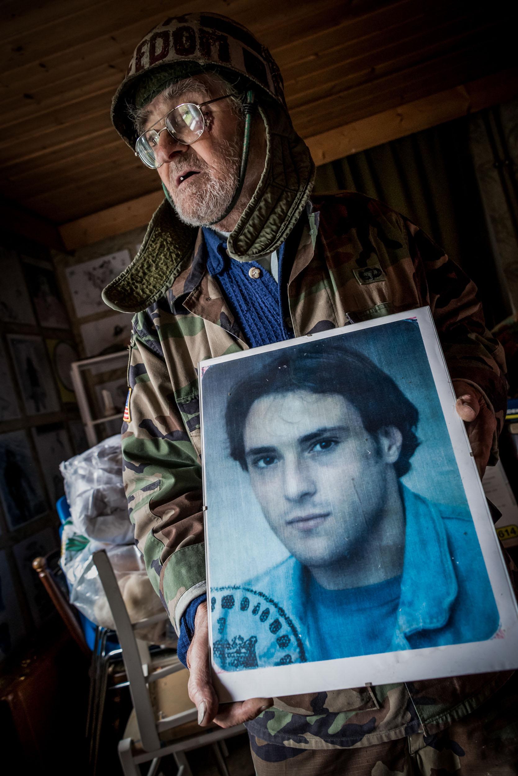 Schmerzliche Erinnerung: Vom einzigen Sohn blieb nur ein Foto, herauskopiert aus dem Ausweis des jungen Mannes.