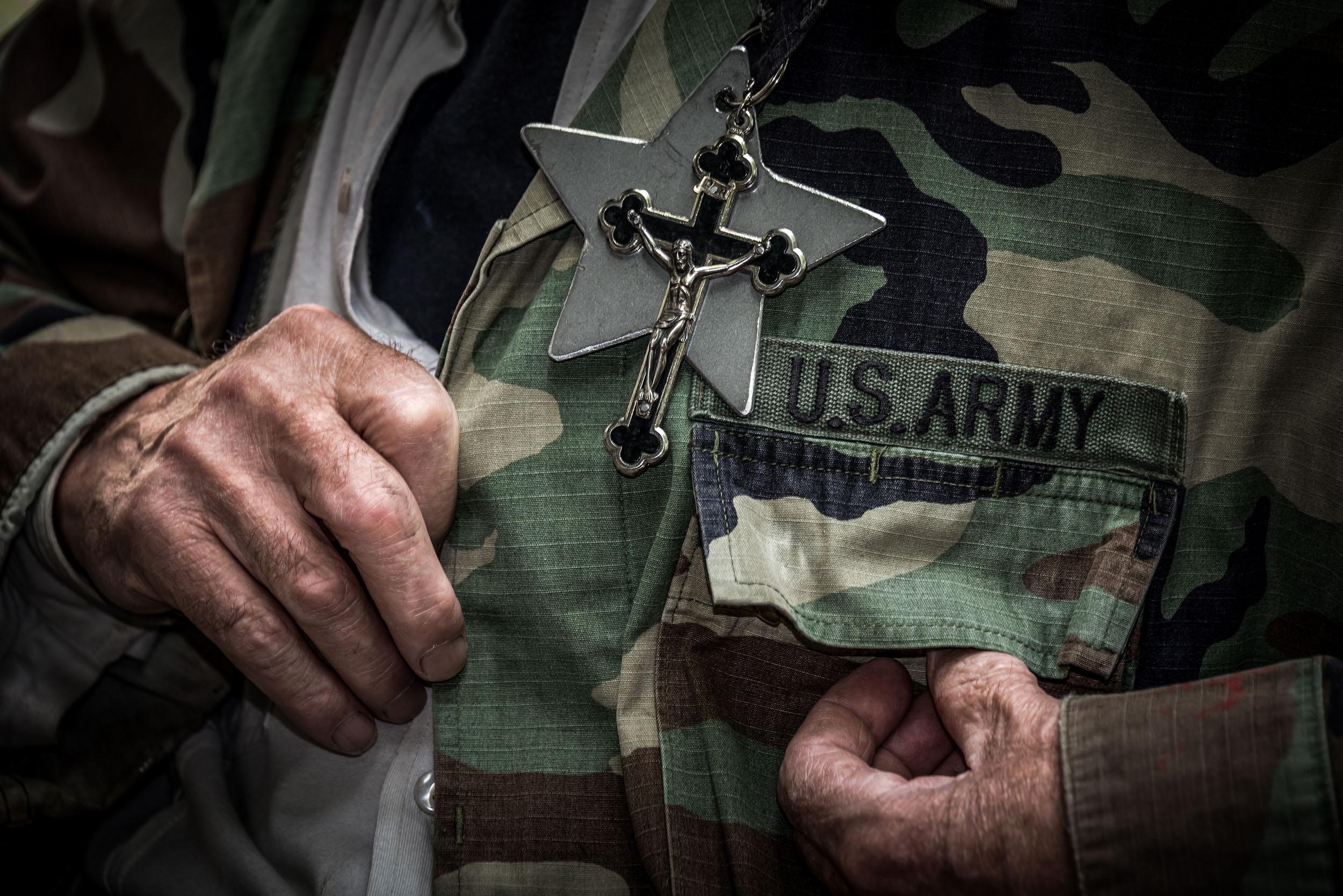 Ein Tarnanzug, ein Kreuz, die US-Army: Erinnerungsstücke, die ein restliches Leben gerade so zusammenhalten.