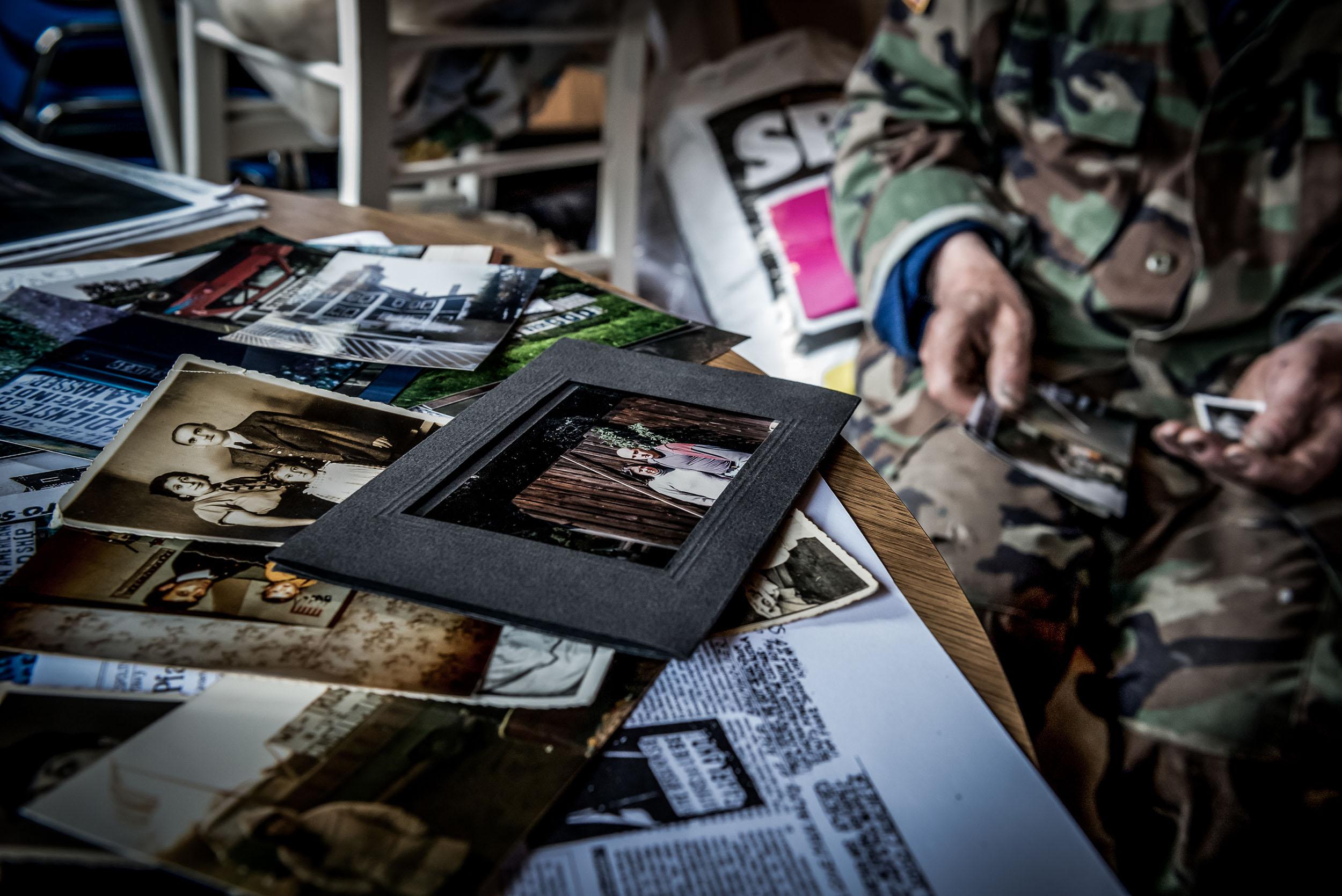 In einer Schublade verwahrt Franz seine Erinnerungsfotos; sie zeigen ihn beim Demonstrieren und mit seinen Schildern.