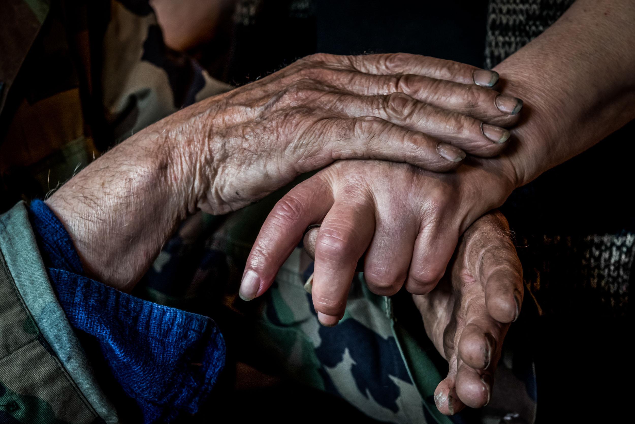 Die Hände von »Liebe«und Franz erzählen über zwei Leben.